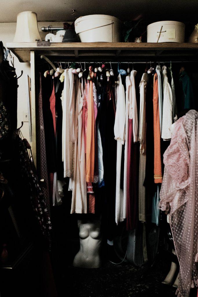 Hvorfor velge skyvedørsgarderobe, Bilde: klesskap fult av klær
